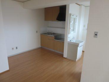 キッチンは木目調のオシャレな雰囲気で
