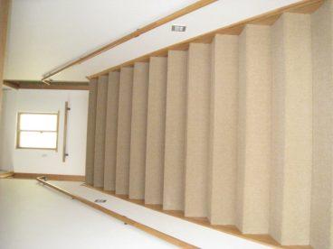 広い階段。お子様と並んで歩けますよ
