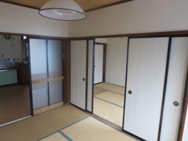 外観にあわせた白と黒のコントラストのお部屋がかつての武家屋敷の中にいる事を実感できます。
