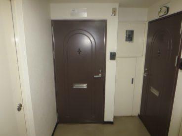 マンションらしい重厚なドアがお出迎え
