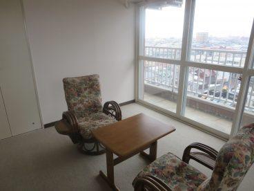 ゆったり椅子に座りながら、弘前を一望できます。ホテルみたいですよね