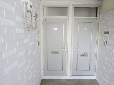 白系のドアがお出迎え