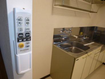 キッチンにリモコン式電気ついてます!