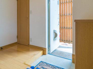 玄関扉を開けると開放感のある玄関がお出迎え!