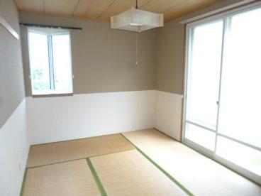 明るい日差しが入る和室。サンルームもあるので物干しに便利