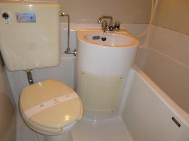 浴室は省スペースで掃除がしやすい3点ユニット