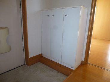 玄関には靴箱あります。収納便利