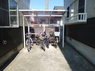自転車置き場もあります。中高生のお子様をお持ちの方にオススメ