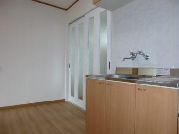 部屋の雰囲気にマッチした木目のキッチン