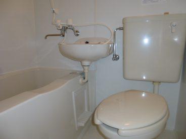 お風呂は省スペース3点ユニット