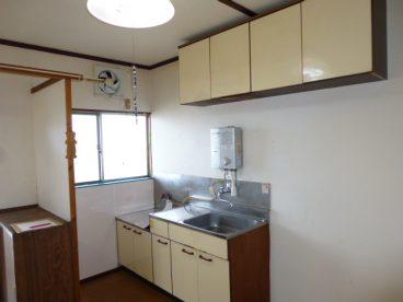 古いながらもキッチンの空間は確保されてます