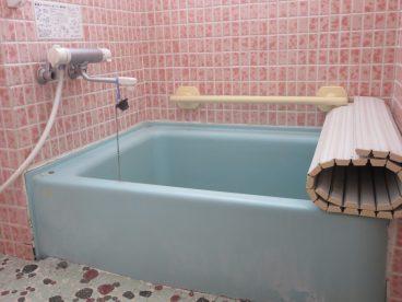浴室は単独タイプです。トイレと一体ではないので清潔感ありますね