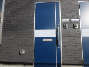 ブルーの玄関ドアがおしゃれ
