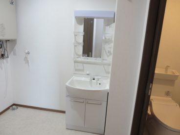 洗面化粧台と洗濯機置き場は浴室の横へ。この位置が便利なんですよね