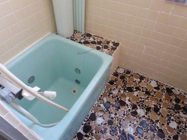 浴室はレトロなタイル張り