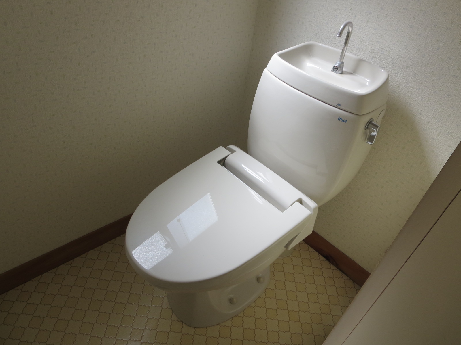 トイレは洋式。温便座。洋式なので子供用の便座もセッティング可能!