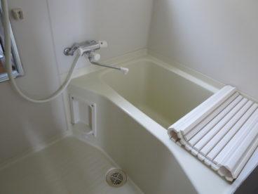浴室はシンプルなユニットバス