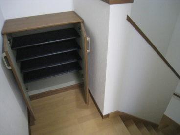 階段を上がると下駄箱がございます^^