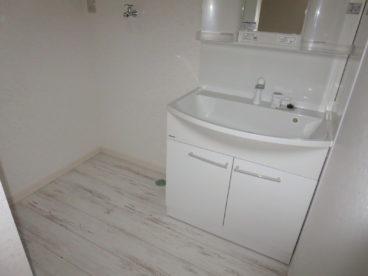 洗面台もあり、ホワイトのフロアがおしゃれ!