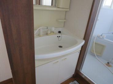 洗面化粧台も完備。朝この洗面化粧台があるなしで大分、違ってきますね