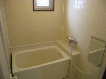 白を基調とした落ち着いた浴室です☆