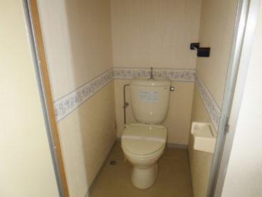 トイレは洋式! お年寄りの方でも腰に負担が少ないですね