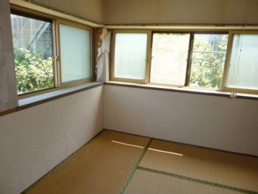 気持ちのいい風が入ってくる窓の多いお部屋です^^