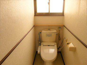 ウォシュレット付き洋式トイレ。窓があり明るいですね!