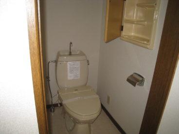 トイレは単独洋式。ちょっとした物を置くスペースあります♪