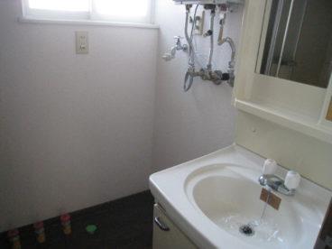 脱衣所です。洗面台、洗濯機置き場があります♪窓があるので換気もできますね♪