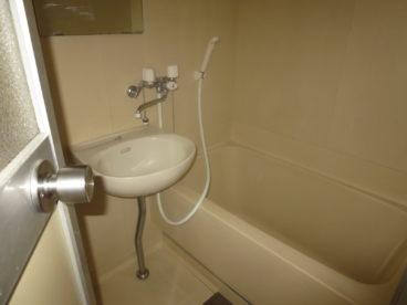 浴室は単独ユニット。アパートですがゆったりは入れますね