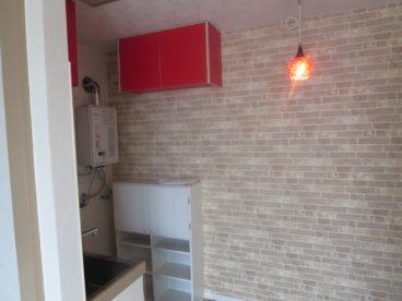 玄関を開けるとアクセントクロスがお出迎え。赤いデザインの換気扇おしゃれじゃない?