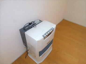 ストーブもついてるんです。3万円台でエアコン・ストーブ付きはお得かも!