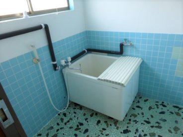 お風呂は古いタイプですがシャワー付きで広々^^