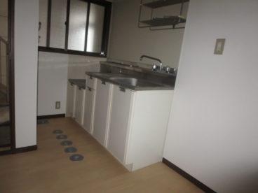 キッチンはシンプルに一人暮らしには十分