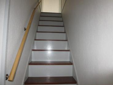 階段には手すりが、この気遣いが使いやすさを左右しますね