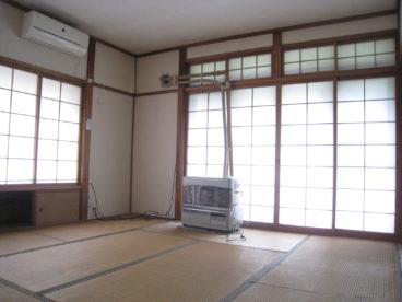 掃き出し窓で光が入る居間です。
