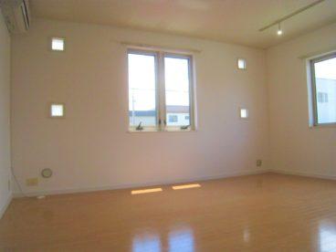 採光が取れた広めの洋室です