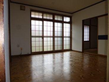 掃き出し窓で日が入る洋室です!