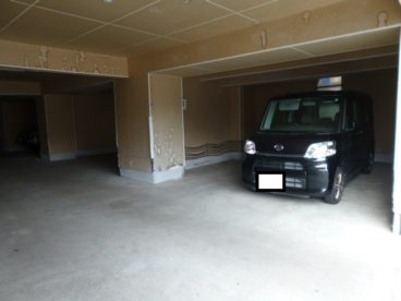 屋根付き駐車場は広さがあるので自分の物を置いてもゆとりがあります!