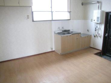 きれいなダイニングキッチンがお出迎え。多少広さがあるのでキッチンラックなど置けますよ