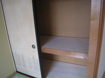 押し入れがそれぞれの部屋に1つずつあります!